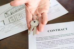 Pośrednika handlu nieruchomościami seansu domu klucze Zdjęcie Stock