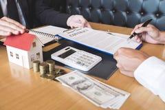 Pośrednika w handlu nieruchomościami maklera zasięg kontrakta forma klienta podpisywania zgody kontrakta nieruchomość z zatwierdz zdjęcia stock