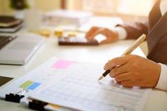 Poświadczający jawny księgowy, mężczyzna pracuje na spreadsheet obrazy royalty free