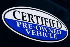 Poświadczający posiadać pojazdu znak przy używać przedstawicielstwo firmy samochodowej II obraz stock