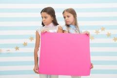 Pożałowanie informować ciebie Dziewczyna chwyta reklamy plakata kopii przestrzeń Dziecko chwyta reklamowy sztandar Smutni dziecia zdjęcie stock