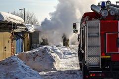 pożarnictwo Samochód strażacki i palacze przy pracą Mnóstwo dym godziny krajobrazu sezonu zimę Rosja zdjęcie royalty free