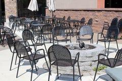 Pożarnicza jama i czarni metali krzesła otacza mnie Zdjęcia Stock