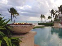 Pożarnicza jama obok nieskończoność basenu w plaży w wyspie Nassau, Bahamas zdjęcie stock