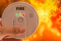 Pożarniczego alarma dźwięków alarm w przypadku ogienia i dymu obraz stock