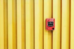 Pożarniczego alarma swith na Drewnianym tle Fotografia Royalty Free