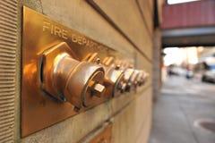 Pożarniczego działu nakrętki na zewnątrz na budynku Zdjęcia Stock