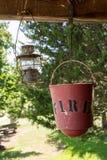 Pożarniczego wiadra i nafcianej lampy obwieszenie Fotografia Stock