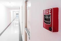 Pożarniczy alarm blisko drzwiowego pożarniczego wyjścia drzwi Fotografia Stock