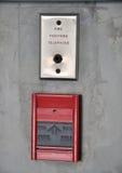 Pożarniczy alarm i pożarniczy wojownik telefonujemy na ścianie Fotografia Stock