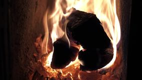 Pożarniczy drewniany płomień pali wolno w grabie zbiory