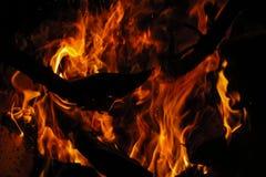 Pożarniczy drewniany palenie przy nocą Zdjęcia Stock