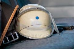 Pożarniczy hełm na samochodowym siedzeniu Obrazy Stock