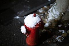 Pożarniczy hydrant w ciemnej śnieżnej nocy zdjęcia stock