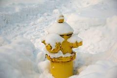 Pożarniczy hydrant zakrywający z śniegiem Fotografia Royalty Free