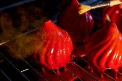 Pożarniczy jagoda tort z niesamowicie błyszczącym jak glazerunek na zgęszczonym mleku, A delikatny kremowy mousse, zakrywający, c Obrazy Stock