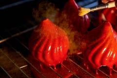 Pożarniczy jagoda tort z niesamowicie błyszczącym jak glazerunek na zgęszczonym mleku, A delikatny kremowy mousse, zakrywający, c Obraz Royalty Free