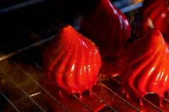Pożarniczy jagoda tort z niesamowicie błyszczącym jak glazerunek na zgęszczonym mleku, A delikatny kremowy mousse, zakrywający, c Fotografia Stock