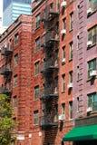 Pożarniczy laddesrs przy pięknymi kolorowymi domowymi fasadami w centrum w Nowy Jork zdjęcie stock