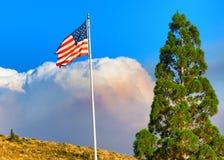 Pożarniczy Obłoczni kłąb Za USA flaga zdjęcie royalty free