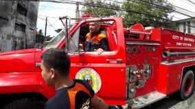 Pożarniczy oficer na samochodzie strażackim daje rozkazom