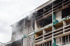 Pożarniczy płonący budynek Zdjęcia Royalty Free