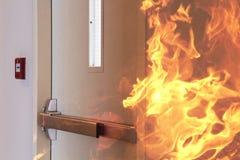 Pożarniczy palenie przed zamkniętym drzwi Zdjęcie Royalty Free