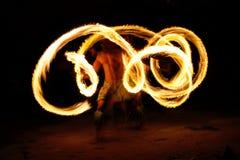 Pożarniczy przedstawienie w sławnej Hina jamie, zamazany ruch, Oholei plaża, tona Zdjęcie Stock