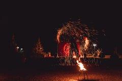 Pożarniczy tanów przedstawienia przy nocą Zadziwiający pożarniczy przedstawienie jako część ślubnej ceremonii Zdjęcie Stock