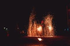 Pożarniczy tanów przedstawienia przy nocą Zadziwiający pożarniczy przedstawienie jako część ślubnej ceremonii Zdjęcia Royalty Free