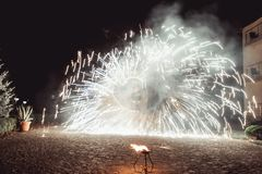 Pożarniczy tanów przedstawienia przy nocą Zadziwiający pożarniczy przedstawienie jako część ślubnej ceremonii Zdjęcia Stock