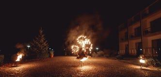 Pożarniczy tanów przedstawienia przy nocą Zadziwiający pożarniczy przedstawienie jako część ślubnej ceremonii Obrazy Stock