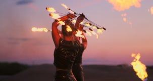 Pożarniczy tancerze przeciw zmierzchowi Młodej kobiety pozy z ona pożarniczy obręcz przeciw zmierzchowi podczas jej tana występu zdjęcie wideo