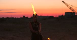 Pożarniczy tancerze przeciw zmierzchowi Młodej kobiety pozy z ona pożarniczy obręcz przeciw zmierzchowi podczas jej tana występu zbiory wideo