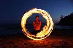 Pożarniczy Taniec Wzdłuż Plaży w Zmroku Zdjęcie Stock