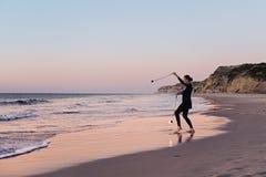 Pożarniczy twirler na plaży i zmierzchu Obrazy Royalty Free