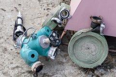 Pożarniczy węże elastyczni i pożarniczy kogut zdjęcia stock