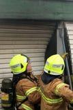 Pożarniczy wojownicy odpowiada mieszkaniowy ogień Obrazy Stock