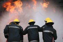 Pożarniczy wojownik przy ogieniem obrazy royalty free