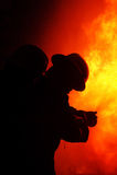 Pożarniczy wojownik przy ogieniem obrazy stock