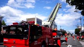 Pożarniczy wojownik, pożarniczy silnik & jednostka straży pożarnej w stażowej akci, zbiory wideo
