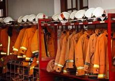 Pożarniczy wyposażenie Układający na stojakach przy posterunkiem straży pożarnej zdjęcie royalty free