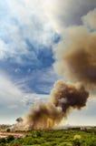 Pożary lasu w mieście na gorącym oversupply Strażak pomagać pośpieszać zapobiegać ogienia rozprzestrzeniającego wioska obraz stock