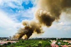 Pożary lasu w mieście na gorącym oversupply Strażak pomagać pośpieszać zapobiegać ogienia rozprzestrzeniającego wioska zdjęcie stock