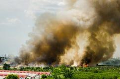 Pożary lasu w mieście na gorącym oversupply Strażak pomagać pośpieszać zapobiegać ogienia rozprzestrzeniającego wioska zdjęcia royalty free