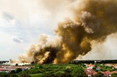 Pożary lasu w mieście na gorącym oversupply Strażak pomagać pośpieszać zapobiegać ogienia rozprzestrzeniającego wioska obrazy royalty free