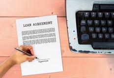 Pożyczkowa zgoda z ręki podpisywania podpisem Obrazy Royalty Free
