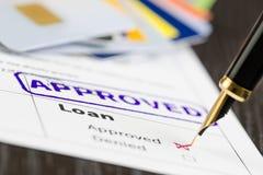 Pożyczkowego zastosowania zakończenie up strzelał i znaczek zatwierdzający, karty i pióro, Zdjęcie Stock