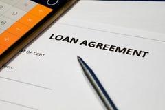 Pożyczkowej zgody forma, pióro i kalkulator, zdjęcia stock
