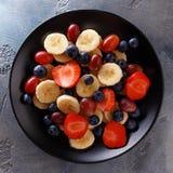 Pożytecznie śniadanie owoc i jagody, odgórny widok Obraz Stock
